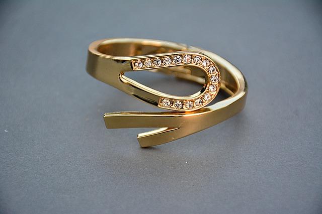 tradycyjny pierścionek zaręczynowy